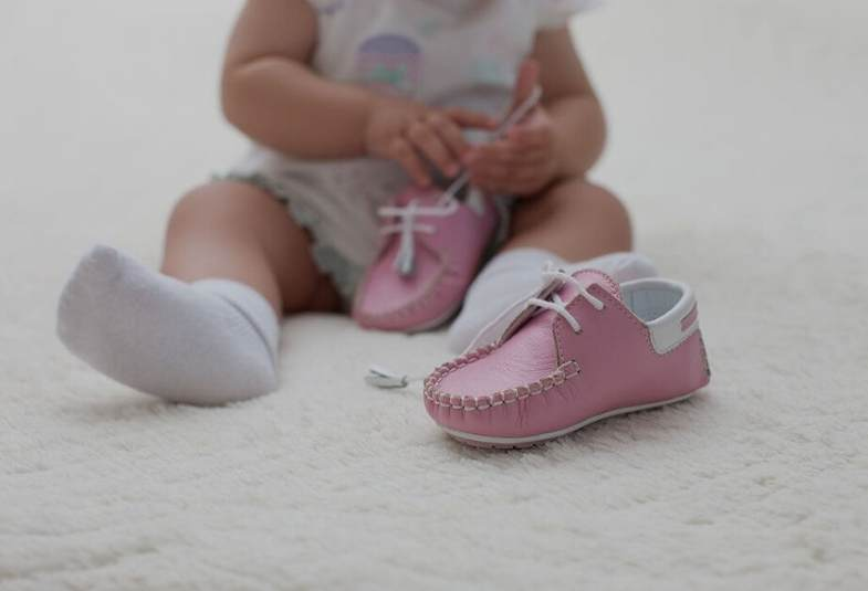 should babies wear shoes when crawling